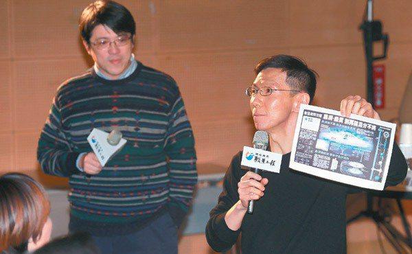 作家王文華(右)與聯合線上總經理李彥甫(左)教青年要多元學習。 記者楊光昇╱攝影