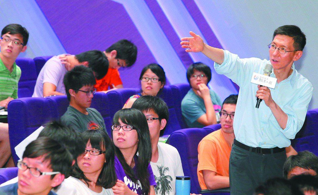 聯合報系「為青年尋路論壇」主持人王文華(右一),為青年尋找不同於傳統職業提出建言...