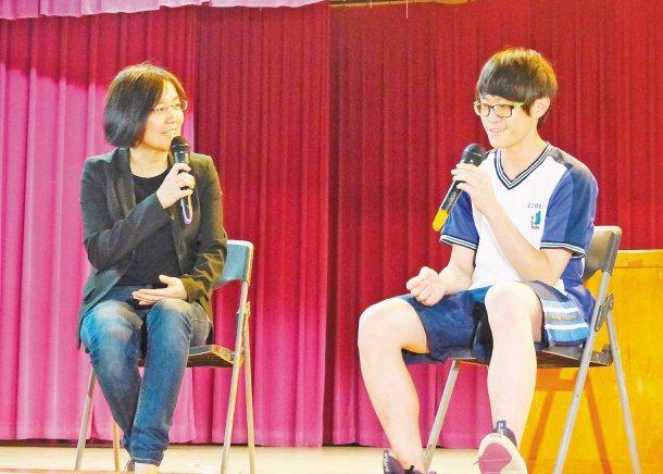 聯合報願景工作室的「願景開講」,聯合晚報總編輯蕭衡倩(左)鼓勵學生趁年輕找出興趣...