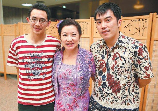 身穿印尼蠟染衫的新二代鄭堯天(右)靠著母語成為職場利器。中為其母張慧芳(中)及弟...