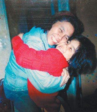 這是八歲那年我們重逢的照片,媽媽抱我抱得好緊,腰快被折斷了。 陳瑾提供