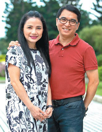 推動越南語教學的新住民陳凰鳳(左),在老公簡志榮的支持下,積極為新住民姐妹發聲。...