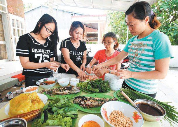 周琬宜(左起)、媽媽潘氏蓓竹、老師王意惠與周琬宜的導師林靜宜,在外婆家一起幫忙剝...
