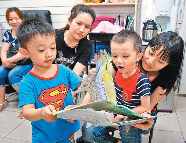 四方報推出以越南語為主的親子共讀專刊,新住民家庭享受共讀樂趣。 記者潘俊宏╱攝影