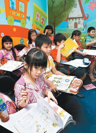 印尼首都雅加達的「環球語文中心」裡,有許多家長帶著孩子來學華語。 記者屠惠剛╱攝...