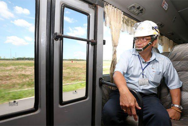 中鋼住金越南公司董事長兼總經理翁朝棟,正在巡視占地達109公頃的廠區。 記者程宜...