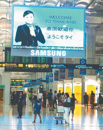 泰國曼谷機場入大廳,被南韓的手機大廠廣告攻占。 記者林以君╱攝影