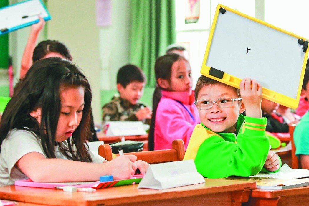 新北市仁愛國小新住民小朋友上母語課,高舉手中寫上越南字的白板。 記者林伯東╱攝影