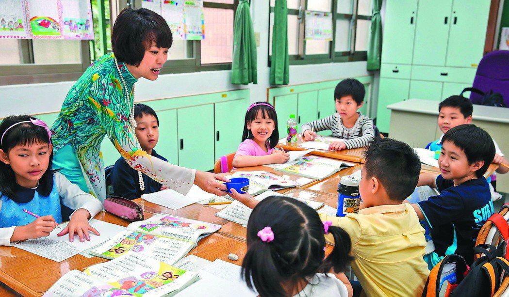 越南媽媽阮蓮香與學童分享母國文化。 記者徐兆玄╱攝影