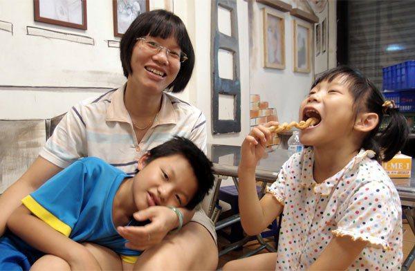 越南外籍配偶阮青河(左後)主張,家庭就是最好的母語教室,孩子能用最自然、最快樂的...