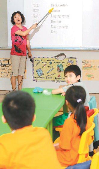新北市石碇永定國小,新住民教師以生動活潑方式,讓「新二代」學習媽媽的母語。 記者...