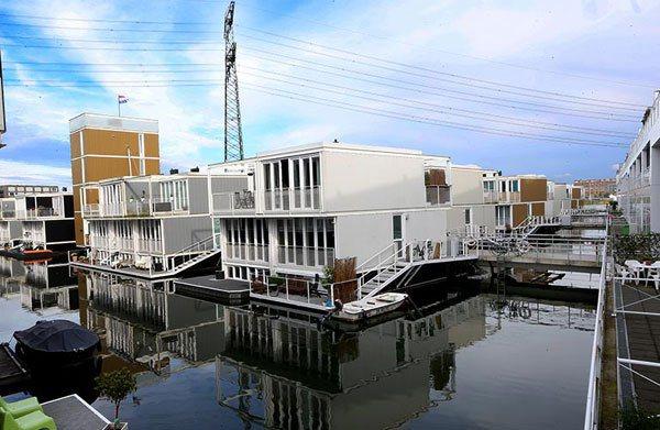 荷蘭水上漂浮住宅區,人置身其中不僅感到與水共存的規畫美感,也具有日常生活感。...