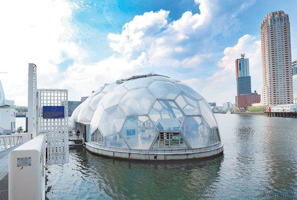 從與水爭地到與水共生,荷蘭近年往水面上發展居住空間。三座足球造型的實驗性「漂浮屋...