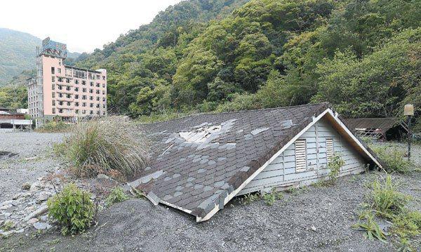 廬山溫泉之前遭大雨與土石淹沒,休閒小木屋僅剩下屋頂還在外面。 記者陳正興/攝影