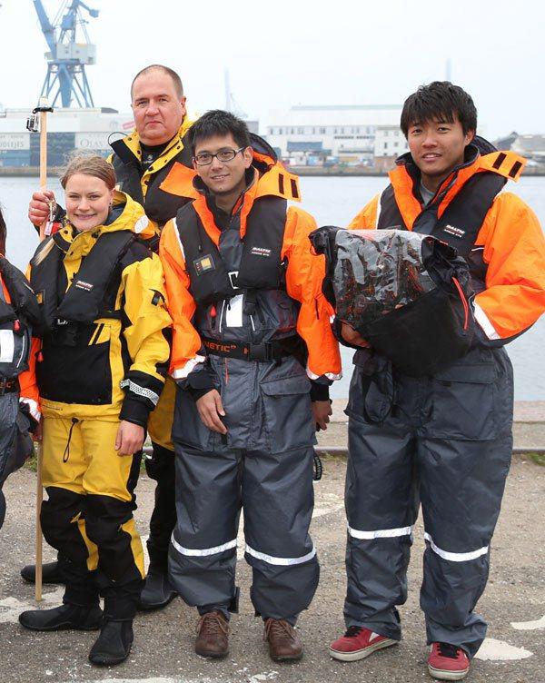 採訪團隊與受訪者都穿上了如同電影「世界末日」太空裝的防風、防寒特殊裝備。  攝影...