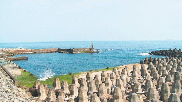 位於北海岸濱海公路上的永興漁港,港區狹窄水淺不易泊靠,已經荒廢五年,留下大量消波...