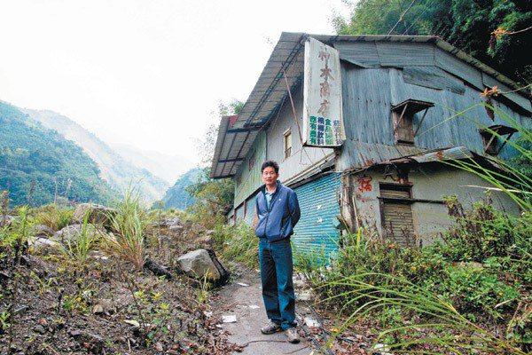 神木村受災戶忻軍,回到自家開的神木商店。 記者黃士航/攝影