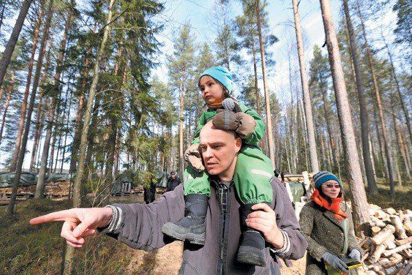 台芬家庭凃翠珊(右)與先生Jarkko(左)及小孩,共享大自然的生命教育。 記者...