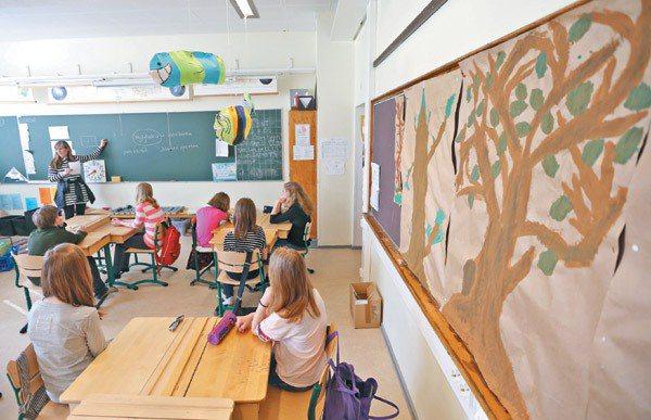 芬蘭( Lauttasaari)小學的森林教育,牆上貼著小朋友的畫作,寫著「樹是...