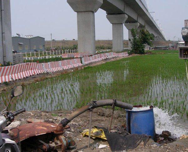 雲林高鐵沿線的水井被認為是地層下陷禍首,全面管制封填。 記者蔡維斌╱攝影