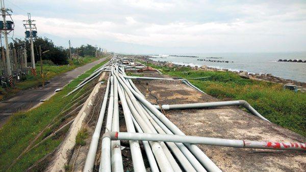 沿海地區養殖戶跨堤抽取海水的管線交錯在堤防上,綿延數公里,成了養殖重鎮另類「奇觀...