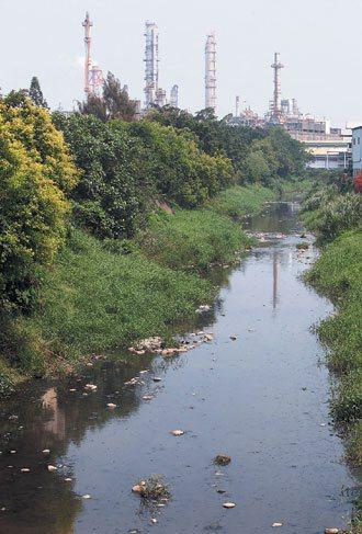 仁武工業區下的後勁溪早被汙染。 記者劉學聖/攝影