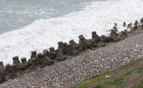 消波塊破壞原有安定的生態環境,使沙灘流失、走位。 記者黃義書/攝影