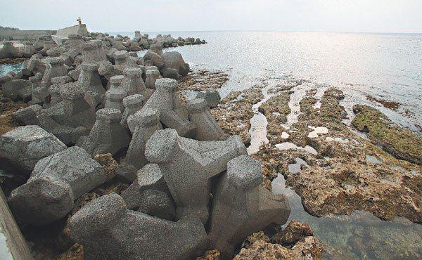 台灣海岸的消坡塊總長度已達850公里,圖為墾丁紅柴坑漁港,人工消波塊直接堆在珊瑚...