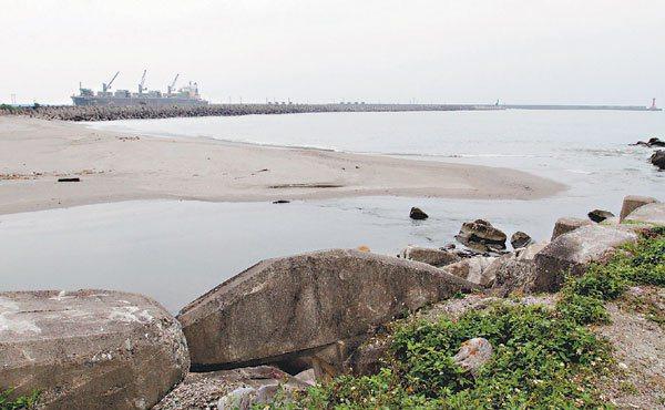 花蓮港西堤攔阻北流的沙,堆積在美崙溪出海口。 記者黃義書╱攝影