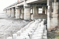 河相破壞…中沙大橋河床 竟下陷達3層樓