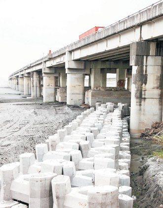 中沙大橋下,設有用鋼筋綁在一起的鼎形塊,避免河沙沖刷,影響橋梁安全。 記者程宜華...