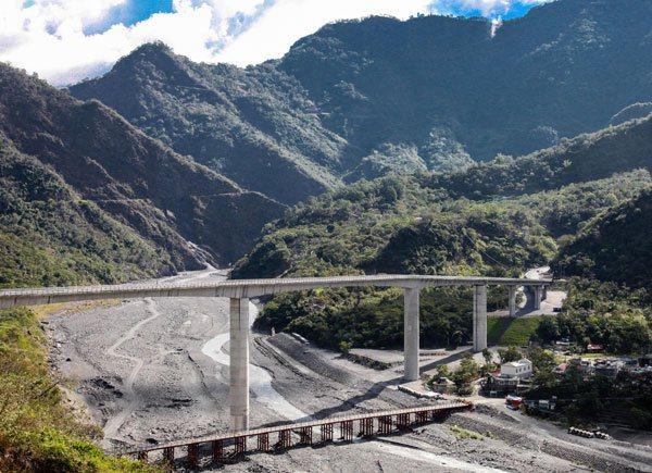 當年莫拉克風災讓霧台唯一連外橋樑沖毀,經過多年重建後,成為現在全國最高橋樑──霧...
