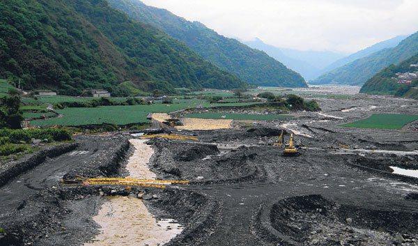 台7甲線沿岸的蘭陽溪河谷,放租開闢成高麗菜田。 記者謝蕙蓮/攝影