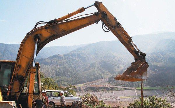 蘭陽溪沿岸河床砂地挖土機在整地準備種植西瓜的同時,一旁也有挖土機正在整修台7甲線...