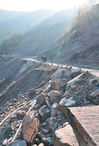 力行產業道路破碎難行,部落民眾表示,許多病危外送者,常還沒到醫院就被搖死了。 記...