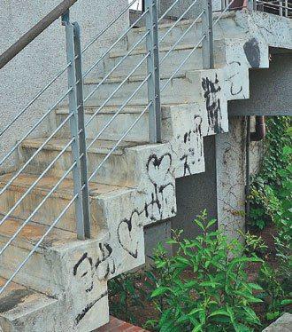 宜蘭縣社會福利館旁屋橋階梯,遭人塗鴉。 記者王燕華/攝影