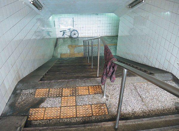 宜蘭縣頭城火車站前地下道,因欠缺管理髒亂,被遊民當作曬衣服、堆放雜物的空間。 記...