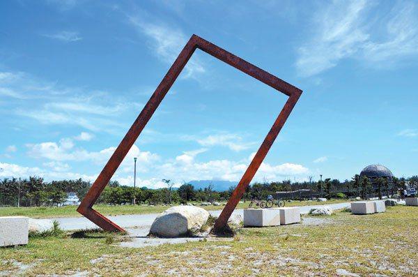 台東市海濱公園這座長方型鋼骨形同相框,一直是台東民眾與外地遊客拍照取景熱點,如今...