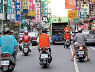 清潔車行經大馬路時,因車流量大,常形成人車爭道。 記者鄭維真/攝影