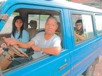 住在龍興里的林姓阿公(握方向盤者),跟附近鄰居協調輪流當司機接送學生, 因為她們...