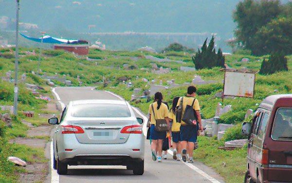 住龍興里的學生抱怨,因公車一天僅兩班,無法跟學校下課時間配合;放學後只能步行學校...