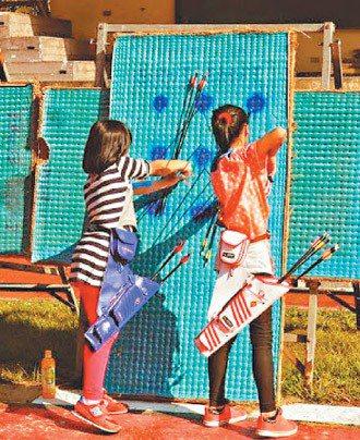 新竹縣秀巒國小射箭隊利用廢棄的榻榻米當靶,發展射箭運動。 圖/秀巒國小提供