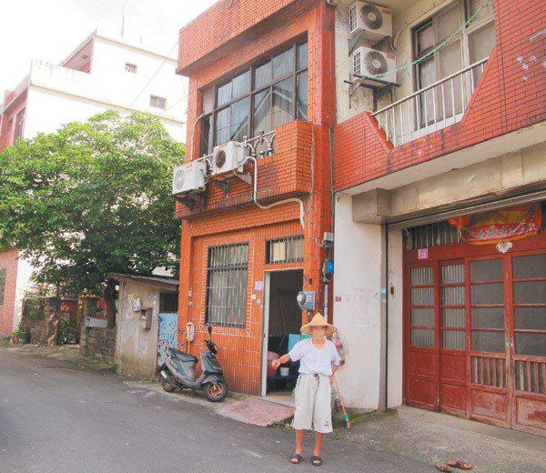 眼前所見的這一排房屋,門牌全部都是「中壢市下三座屋23號」。 記者呂筱蟬/攝影