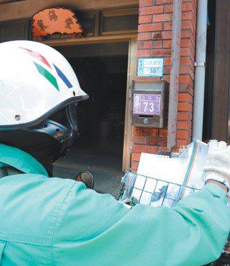 龍潭鄉三坑老街住戶幾乎把新舊門牌釘上, 郵差記的也是舊門牌。 記者賴佑維/攝影