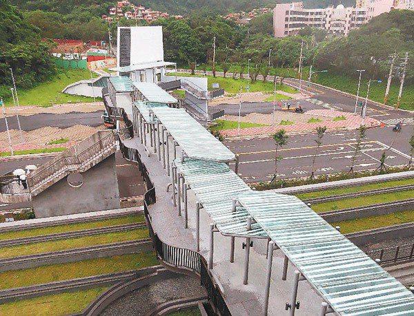 有別於一般天橋的長廊造型,海科館天橋呈現波浪形狀,遊客可以站在每一個凸出的空間眺...