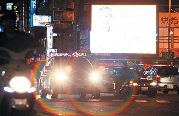 高雄街頭愈來愈多LED燈,大型廣告看板、車輛加裝的閃燈,是否影響用路人眼睛健康?...
