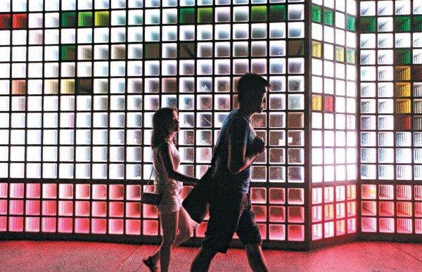 高雄街頭愈來愈多LED燈,大型廣告看板、公民營電子看板,這些在夜色中發光,卻也帶...