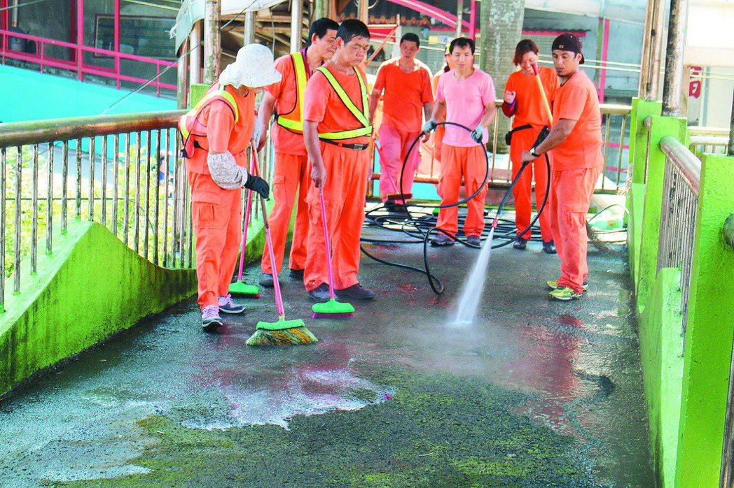 基隆市清潔隊昨天早上前往清洗天橋。 記者黃捷╱攝影