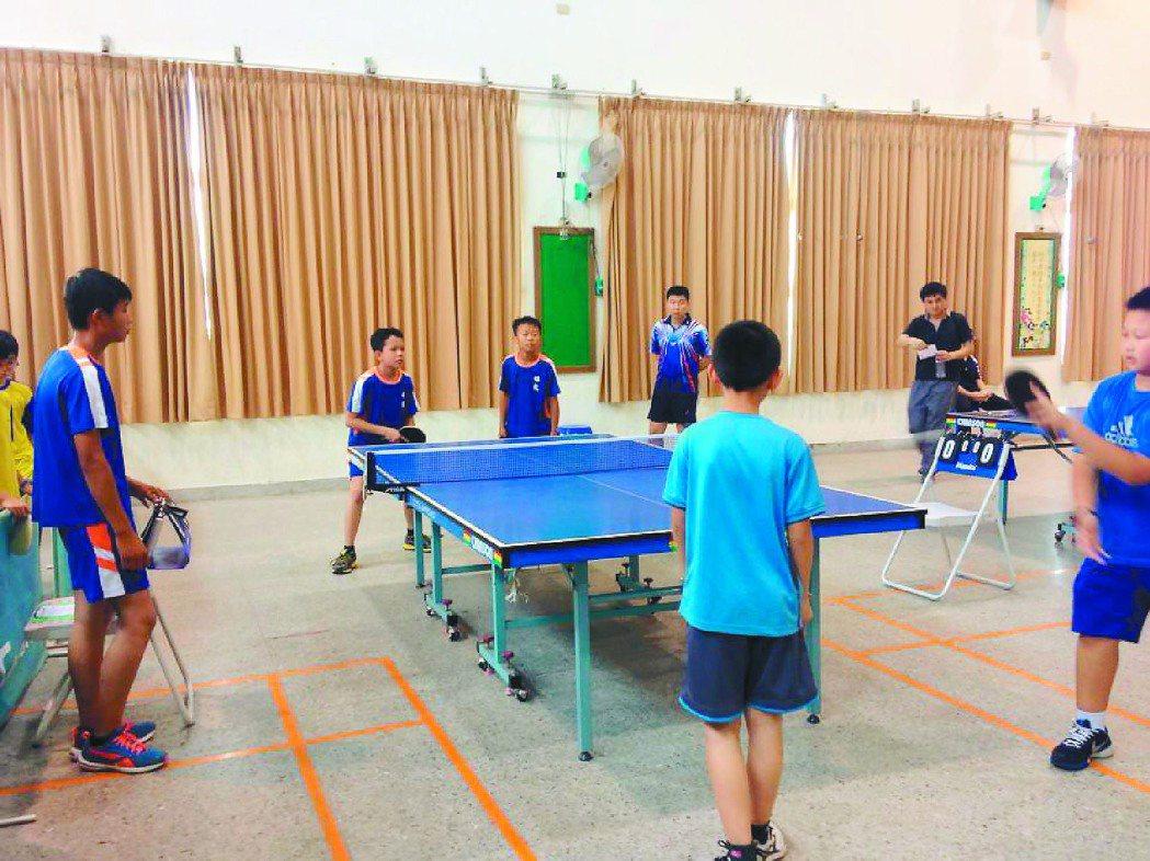 新竹縣多所學校都鼓勵學生學習桌球,小空間也能有大的運動量。 記者莊旻靜╱翻攝