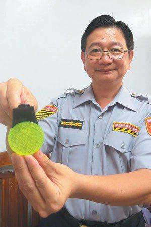 苗縣縣警局交通隊將採購閃光板,在宣導場合送老人,減少老人事故。 記者范榮達╱攝影